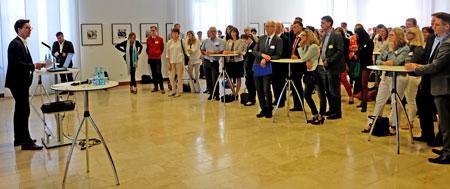 Gordon Bonnet, Leiter Unternehmenskommunikation IHK Wiesbaden begrüßt die rund 250 Gäste des IHK Sommerfestes für Gründer und Kleinunternehmer. Foto: © massow-picture