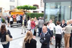Netzwerken und gemeinsam Feiern im Hof der IHK Wiesbaden im Anschluss an die Workshops. Foto: © massow-picture