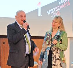 """Professorin Dr. Gesa Birnkraut, die durch das Programm führte, interviewt Reinhard Fröhlich, Leiter der Unternehmenskommunikation, der das Plenum im """"Herz der Demokratie"""" herzlich willkommen heißt. Foto: Diether v. Goddenthow"""