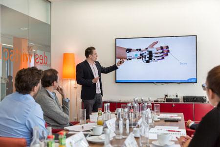 """Pascal Lindemann vom Spin-off-Unternehmen """"LIME medical"""" bei der Präsentation des neuartigen Fingertherapiegerätes vor den Juroren der Wirtschaftswoche."""