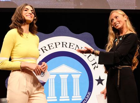 Moderatorinnen Sarah Elßer (l.) und Alica Büchel, die unter anderem die Award-Show moderierte. Foto: Diether v. Goddenthow
