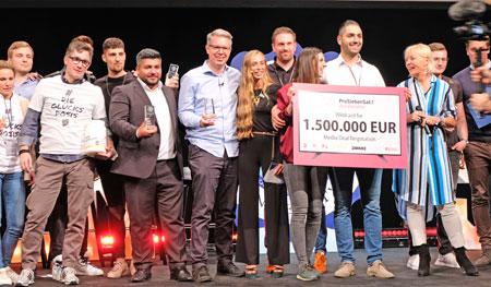 """Sieger-Startup """"Naschlabor"""" mit Gewinner-Scheck, rechts Digitalministerin Prof. Dr. Kristina Sinemus, links v. Scheck Frank Thelen, Samer Mohamad und die vielen anderen Gewinner des Next-Level-Awards. Foto: Diether v. Goddenthow"""